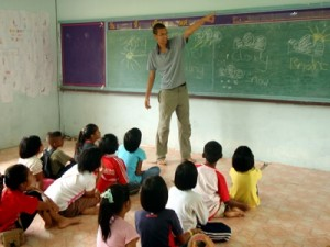 volunteer-teaching-children-thailand